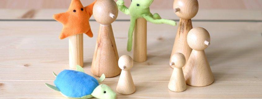 mehrere Figuren eines Familienbretts