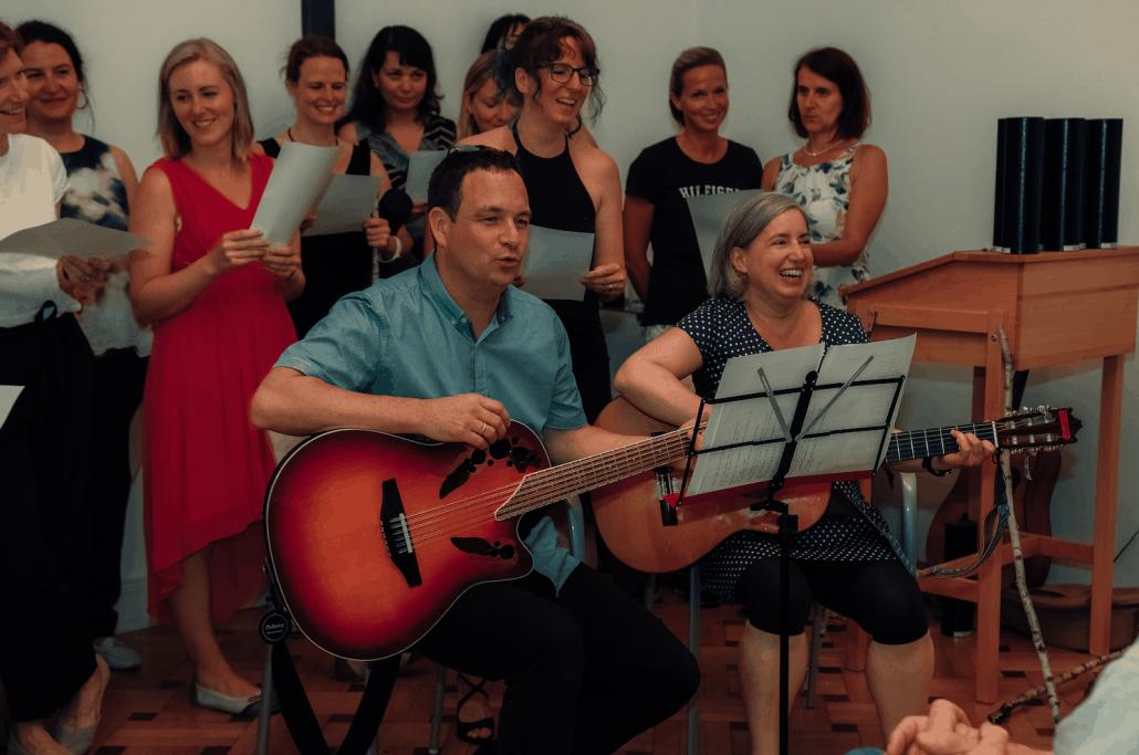 Die StudentInnen des Lehrgangs 30 singen bei der Abschlussfeier
